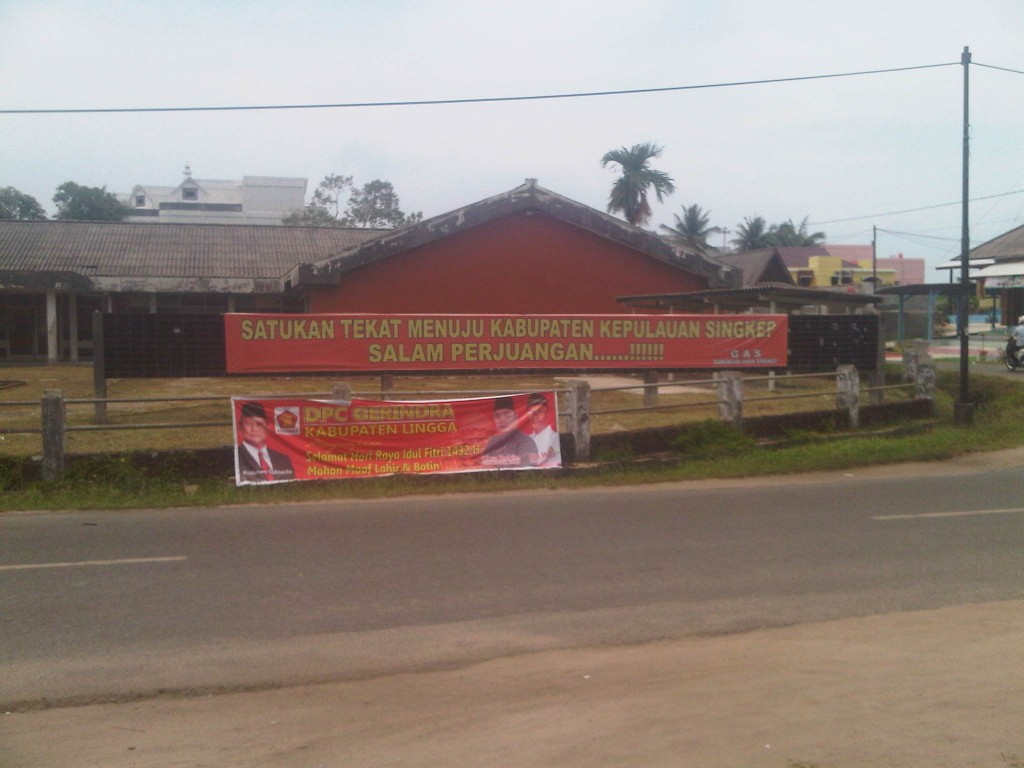 Poster Perjuangan Kabupaten Singkep di eks Gedung Bank BDN (Foto: Yudhi/LinggaPos)