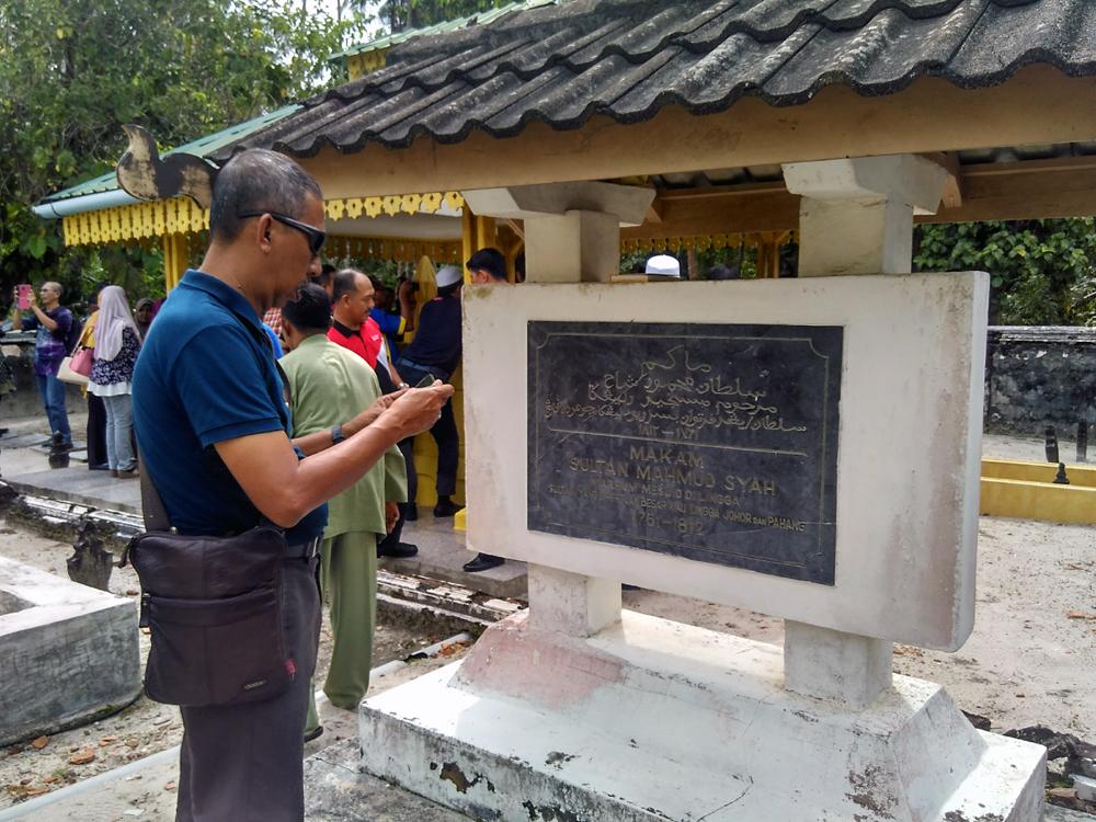 Peziarah datang ke makam para raja Kesultanan Melayu Riau-Lingga.  Foto: koranpeduli.com
