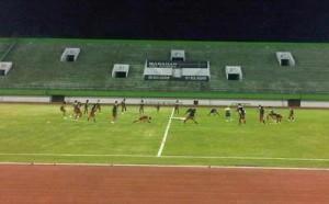 Tim nasional (timnas) Indonesia memulai latihan perdana mereka di Stadion Manahan, Solo, Jumat (12/8/2011) malam. (Sri Rejeki/KOMPAS)