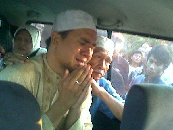 Saiful Jamil saat mengantar jenazah sang istri ke pemakaman