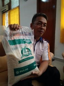 Kepala Bulog Divisi Regional Tanjungpinang, Jaka Santosa memperlihatkan beras Premium Bulog. Foto : wok - sijoritoday.com