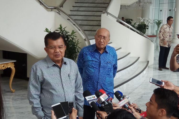 Wakil Presiden RI Jusuf Kalla mengatakan bahwa langkah Pemerintah Indonesia mendaftarkan 2.590 pulau ke Perserikatan Bangsa-bangsa (PBB) adalah untuk mencegah kasus pulau Sipadan-Ligitan yang jatuh ke tangan negara lain terulang lagi. Jakarta, Senin (22/8/2017).(KOMPAS.com/ MOH NADLIR )