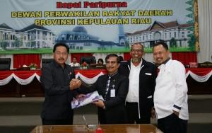 Gubernur Kepri saat pengesahan APBD 2017 di Tanjungpinang (1/2). (Foto: Humas Kepri/http://setkab.go.id)