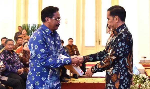 Gubernur Kepri Nurdin basirun menerima DIPA 2018 dari Presiden Joko Widodo di Istana Bogor, Rabu (6/12/2017). DIPA untuk Kepri, termasuk dana desa, berjumlah Rp 6,997 triliun  (Sumber: http://sindobatam.com)