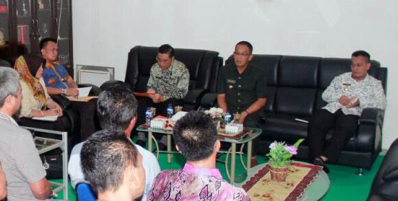 Bupat Lingga Alias Wello rapat koordinasi bersama jajaran kepala desa dan camat Senayang, Jumat (27/1/2017). (sumber: koranpeduli.com)